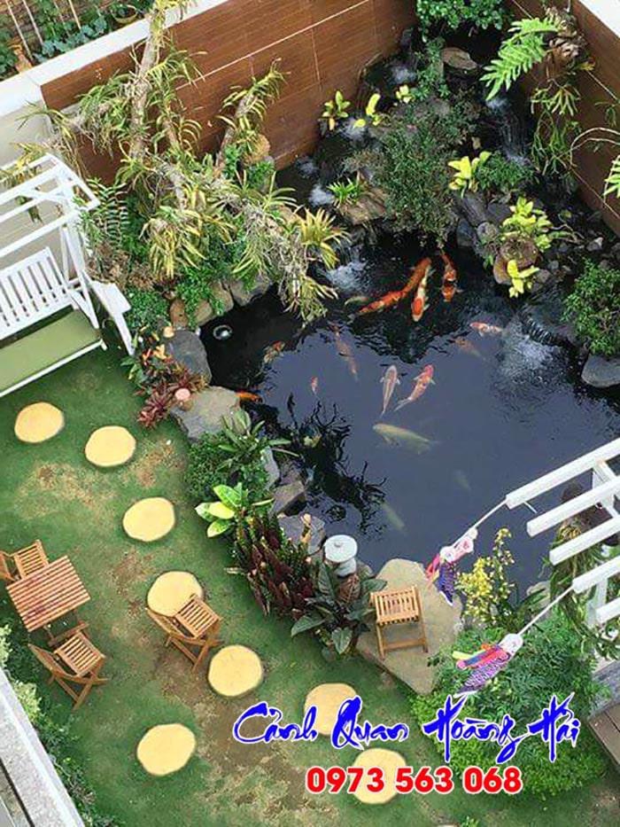 Hồ cá koi nhỏ với tiểu cảnh thác nước