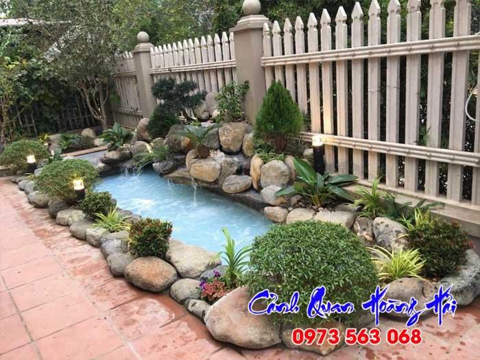 Hồ cá koi sân vườn với thiết kế đơn giản