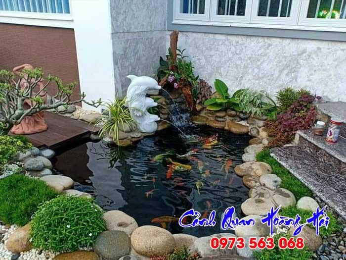 Hồ cá koi với đài phun nước