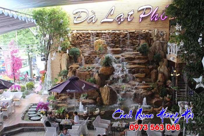 Hồ cá thác nước quán cafe