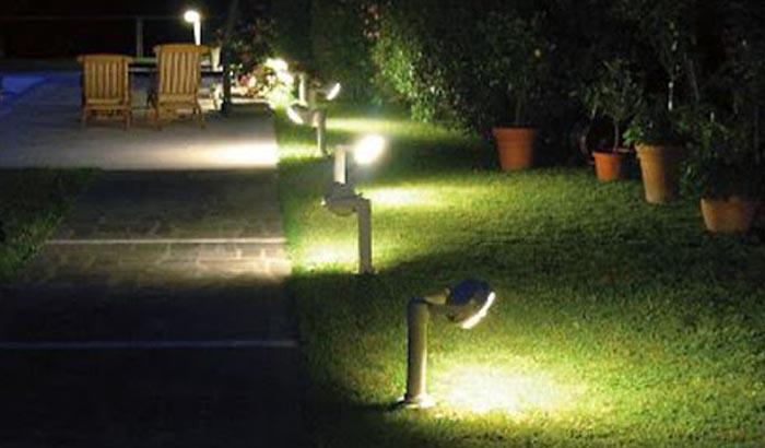 Đèn sân vườn trên thảm cỏ