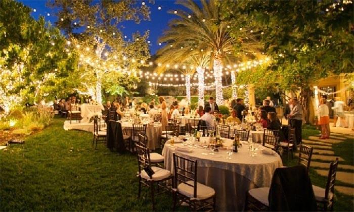 Tiệc tổ chức ngoài sân vườn